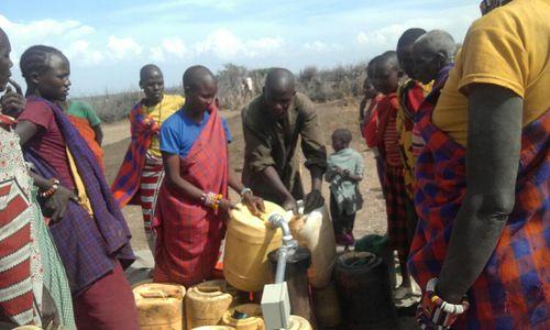 Kenya - Isinon filling jugs